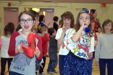 Les élèves de l'École Amirault ont fait un tintamarre pour célébrer la Semaine provinciale de la fierté française. - Acadie Nouvelle: Sylvie Mousseau