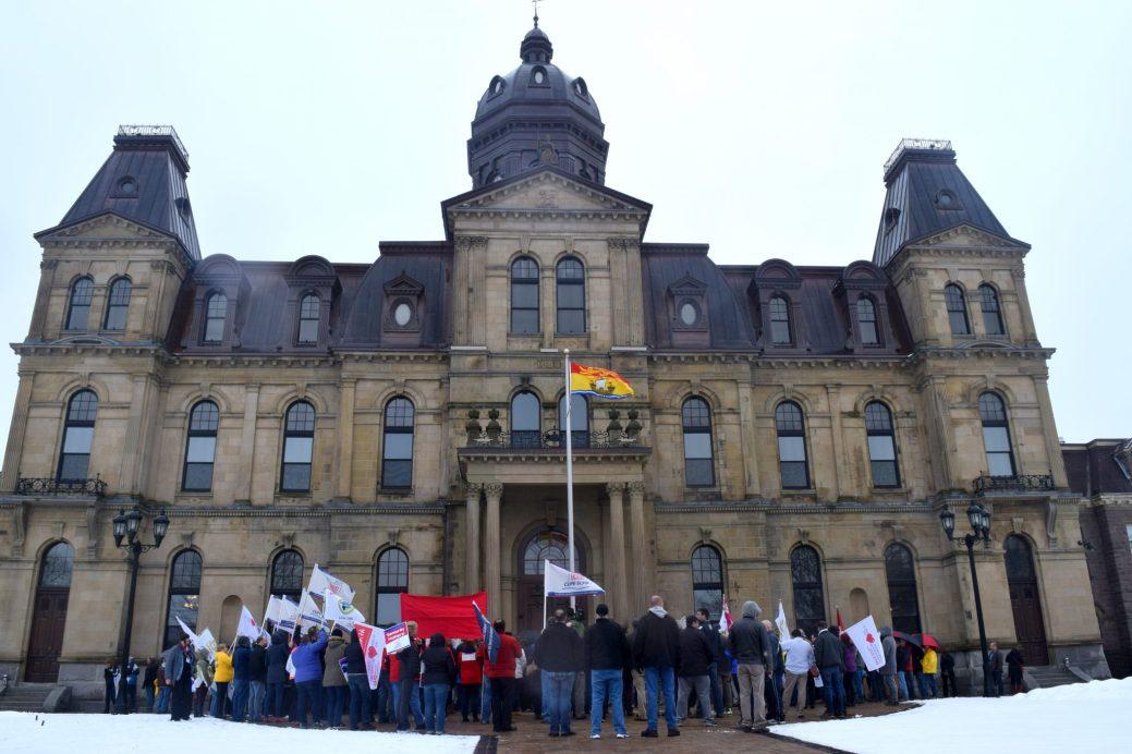 Les syndiqués du secteur public ont manifesté devant l'Assemblée législative contre la privatisation des services publiques. - Acadie Nouvelle: Mathieu Roy-Comeau