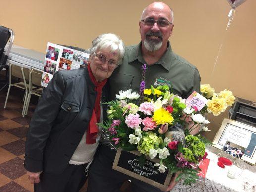Le maire de Dalhousie, Normand Pelletier, a tenu à remercier personnellement June Harquail, bénévole de longue date à la Société canadienne du sang. - Acadie Nouvelle: Jean-François Boisvert