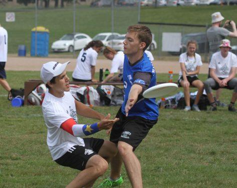 Jérémie Jaillet, de l'Équipe NB, parvient à lancer le frisbee malgré la surveillance très étroite d'un adversaire. - Collaboration spéciale: Normand A. Léger