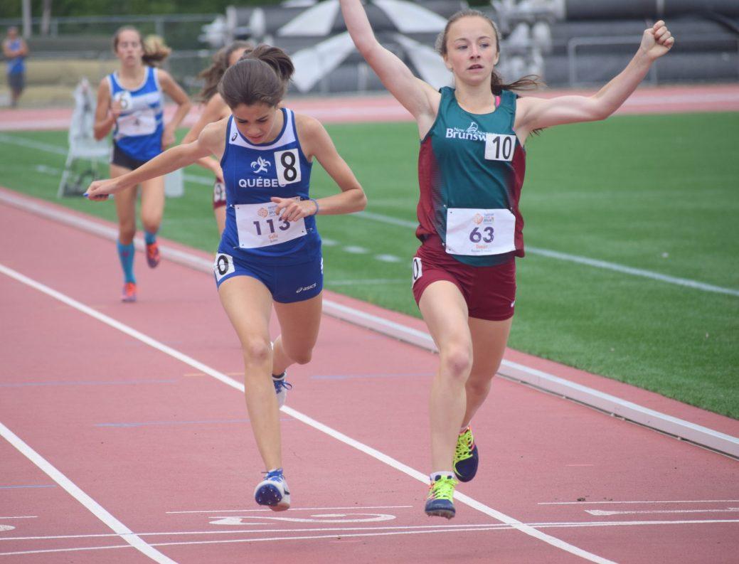 Émily Doucet remporte le 800m, tout juste devant la Québécoise Mélina Gallé. - Acadie Nouvelle: Stéphane Paquette