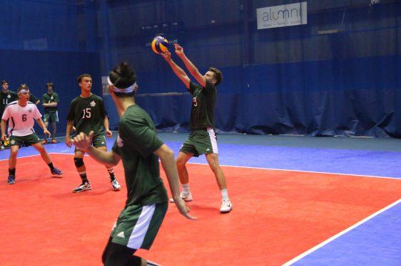 Hugo Power, de l'Équipe NB, tente de renvoyer le ballon à son passeur au volleyball masculin. - Collaboration spéciale: Normand A. Léger