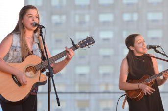 Deux membres du groupe 112 Accords de l'Île-du-Prince-Édouard en spectacle au Gala des arts. Cette formation a remporté la médaille d'argent en musique. - Acadie Nouvelle: Sylvie Mousseau