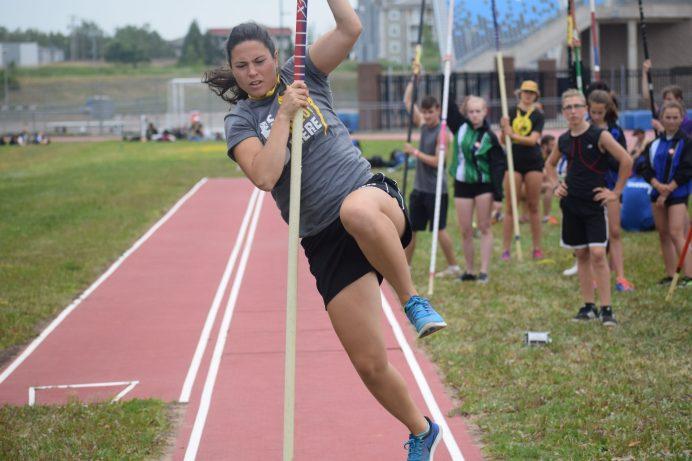 Cette athlète se familiarise avec les installations du saut à la perche. - Acadie Nouvelle: Steve Lebel