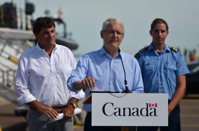 Le ministre des Pêches et des Océans, Dominic LeBlanc (gauche), et le ministre des Transports, Marc Garneau, ont annoncé une restriction de vitesse sur les bateaux de plus de 20 mètres dans le golfe du Saint-Laurent. - Acadie Nouvelle: Jean-Marc Doiron