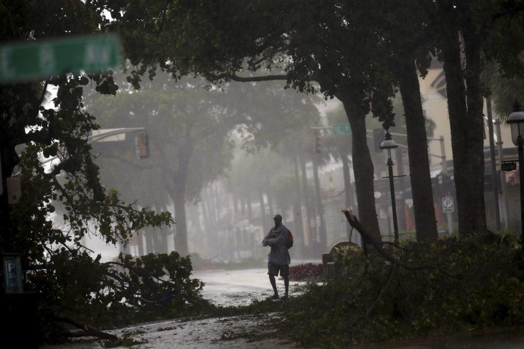 Un homme marche sur le boulevard Las Olas au centre-ville de Fort Lauderdale, en Floride. - Associated Press: Amy Beth Bennett / South Florida Sun-Sentinel