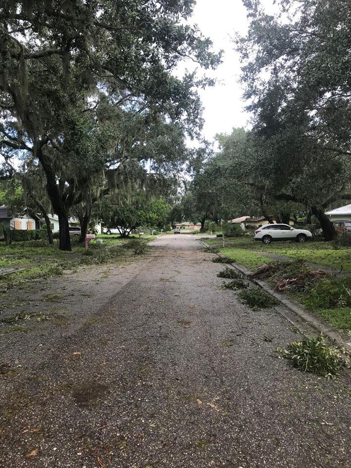 La rue où réside l'oncle de Dominic Tardif, à Sarasota, était jonchée de débris, lundi. - Gracieuseté