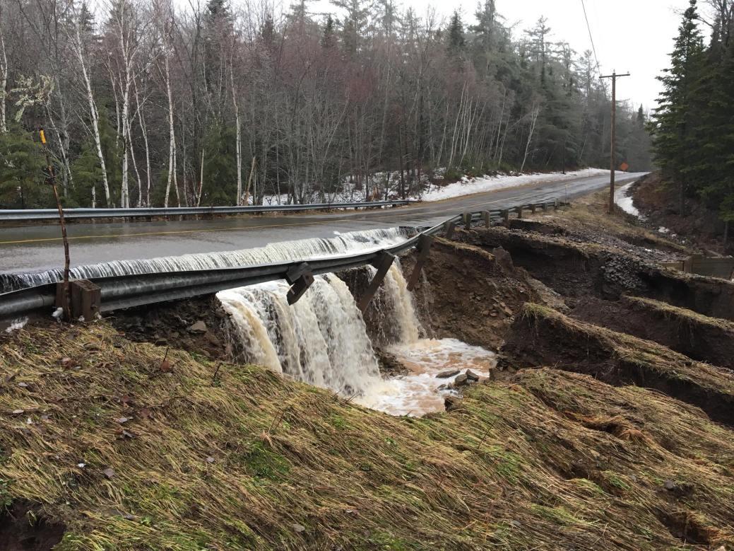 Un pont endommagé sur la route 490, au nord de Moncton. - Facebook: Terry Girouard