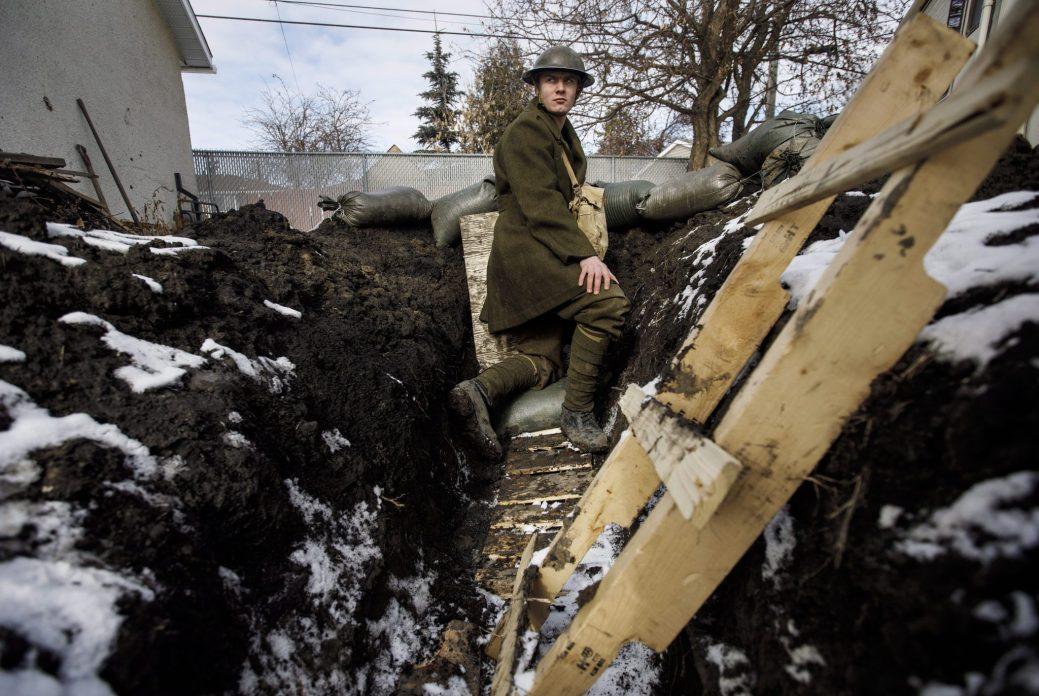 Dylan Ferris dans sa cour arrière à Edmonton. - PC/Jason Franson
