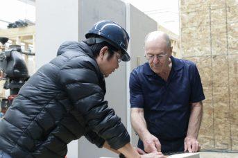 Omer Richard montre à ses étudiants des rudiments de la construction au CCNB, campus de Dieppe. - Acadie Nouvelle: Patrick Lacelle