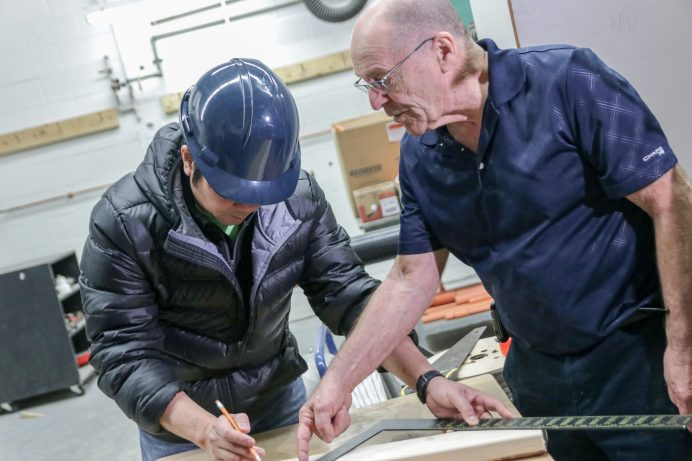 Omer Richard montre à ses étudiants des rudiments de la construction au CCNB, campus de Dieppe. - Acadie Nouvelle: Patrick Lacelle, 13 mars 2018