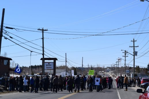 Des manifestants bloquent la route à Tracadie. - Acadie Nouvelle: David Caron