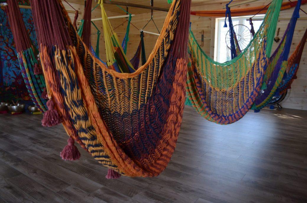 Vingt-deux hamacs sont suspendus dans le studio. - Acadie Nouvelle: Jean-Marc Doiron