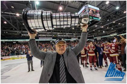L'entraîneur-chef du Titan d'Acadie-Bathurst, Mario Pouliot, s'est fait plaisir en soulevant la coupe du Président. - Collaboration spéciale: Vincent Éthier/LHJMQ