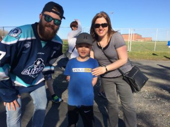 Le capitaine du Blizzard, Kyle Ward, a fait plaisir à Isabelle Dupont et à Alexi Gauvin, deux partisans de l'équipe. - Acadie Nouvelle: Sébastien Lachance