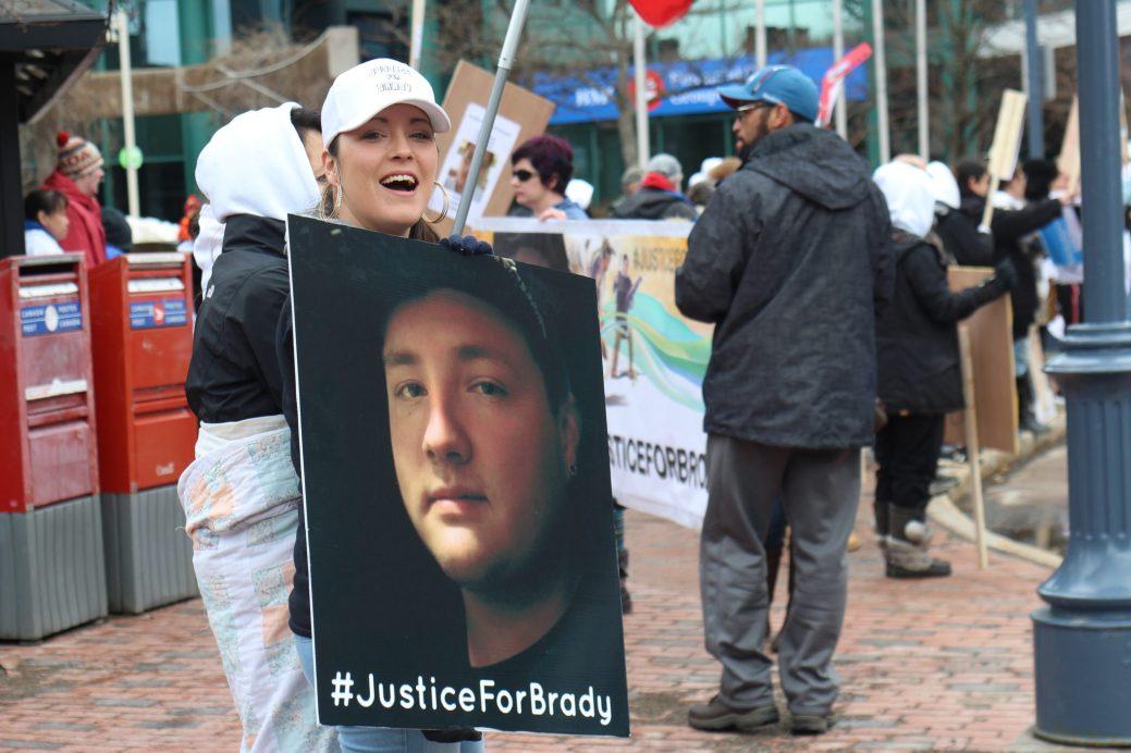 Une manifestation pacifique a eu lieu devant l'hôtel de ville de Moncton, le 7 avril, afin de réclamer justice pour Brady Francis. Près de 250 personnes y ont participé. - Archives