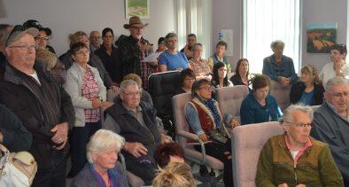 Plusieurs citoyens du Restigouche-Ouest se sont déplacés lundi afin de dénoncer la perte de services à leur hôpital. - Acadie Nouvelle: Jean-François Boisvert