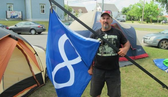 Stéphane Richardson, de Tracadie, qui milite pour les droits des Métis de lest du pays, avec le drapeau métis. - Archives