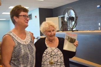Antonine Maillet a offert une collection de ses livres à l'école nommée en son nom. - Acadie Nouvelle: Simon Delattre