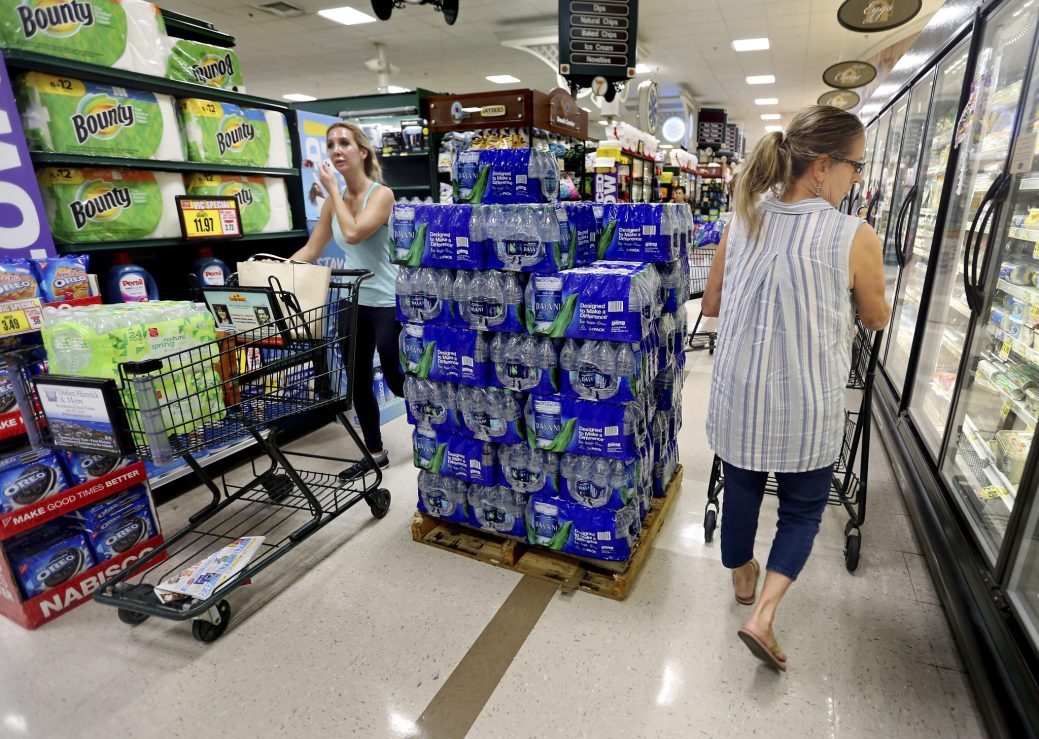 Les gens font leurs courses au Harris Teeter, faisant le plein d'eau et de nourriture alors que l'ouragan Florence devient une menace pour la côte lundi à Charleston, S.C. (Grace Beahm Alford / The Post et Courier via AP)
