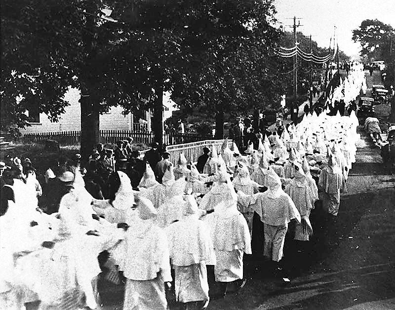 Une procession du Ku Klux Klan à Portland dans l'État du Maine en 1923. - Société Historique du Maine