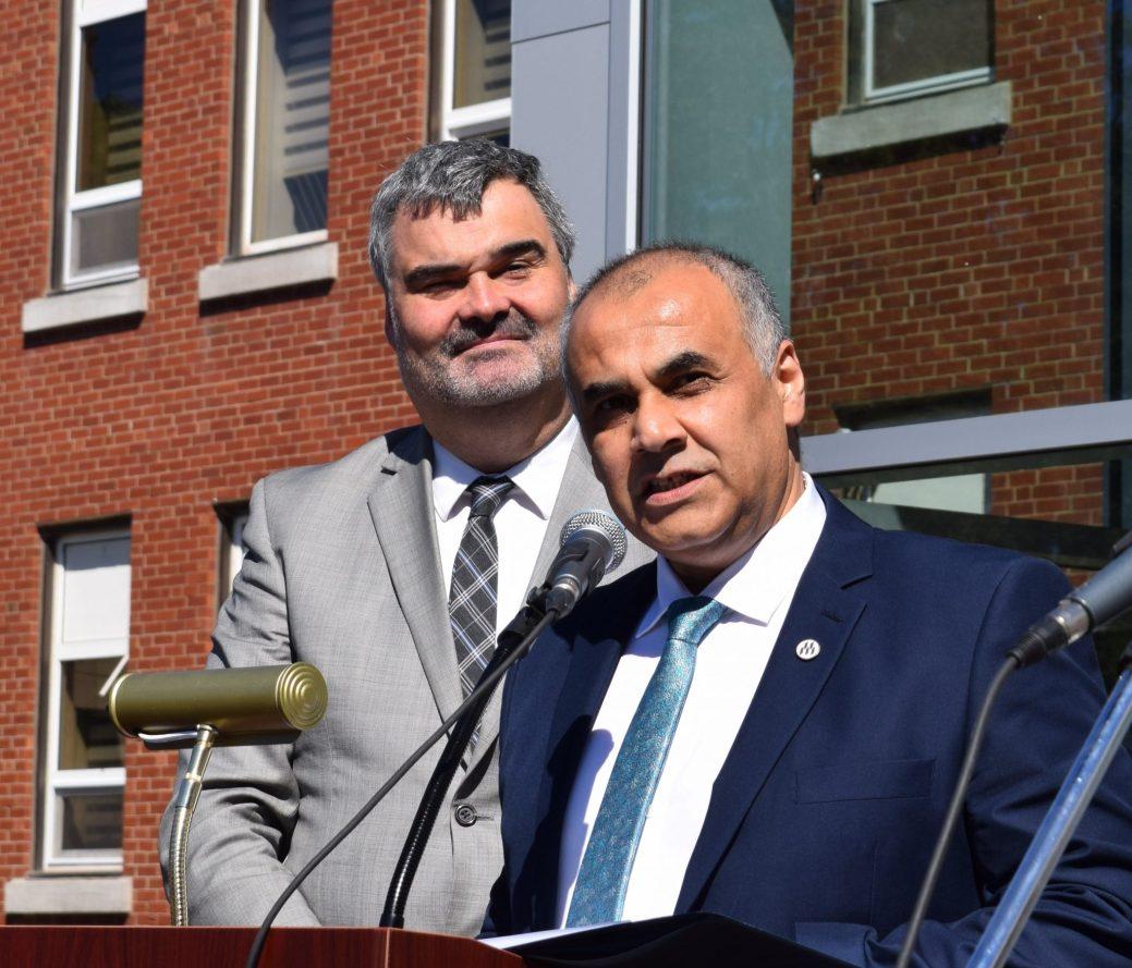 Sid-Ahmed Selouani, vice-recteur de l'Université de Moncton, campus de Shippagan (à l'avant plan) et Alain Boisvert, directeur du Collège communautaire du Nouveau-Brunswick, campus de la Péninsule acadienne.-Acadie Nouvelle: David Caron