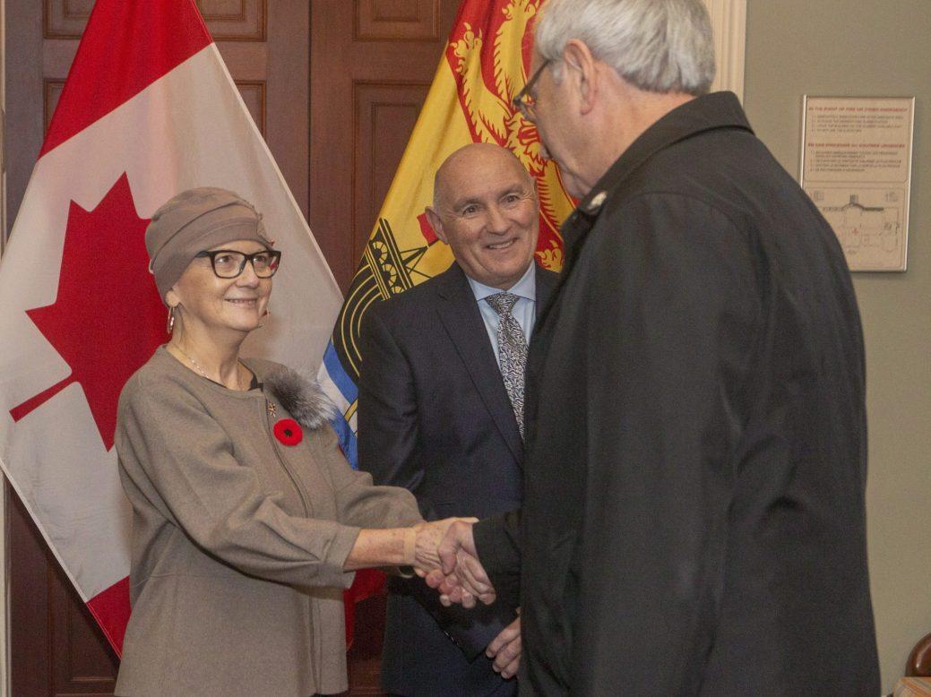 La lieutenante-gouverneure du Nouveau-Brunswick, Jocelyne Roy-Vienneau, félicite Blaine Higgs à la résidence du gouverneur, à Fredericton, vendredi. - PC