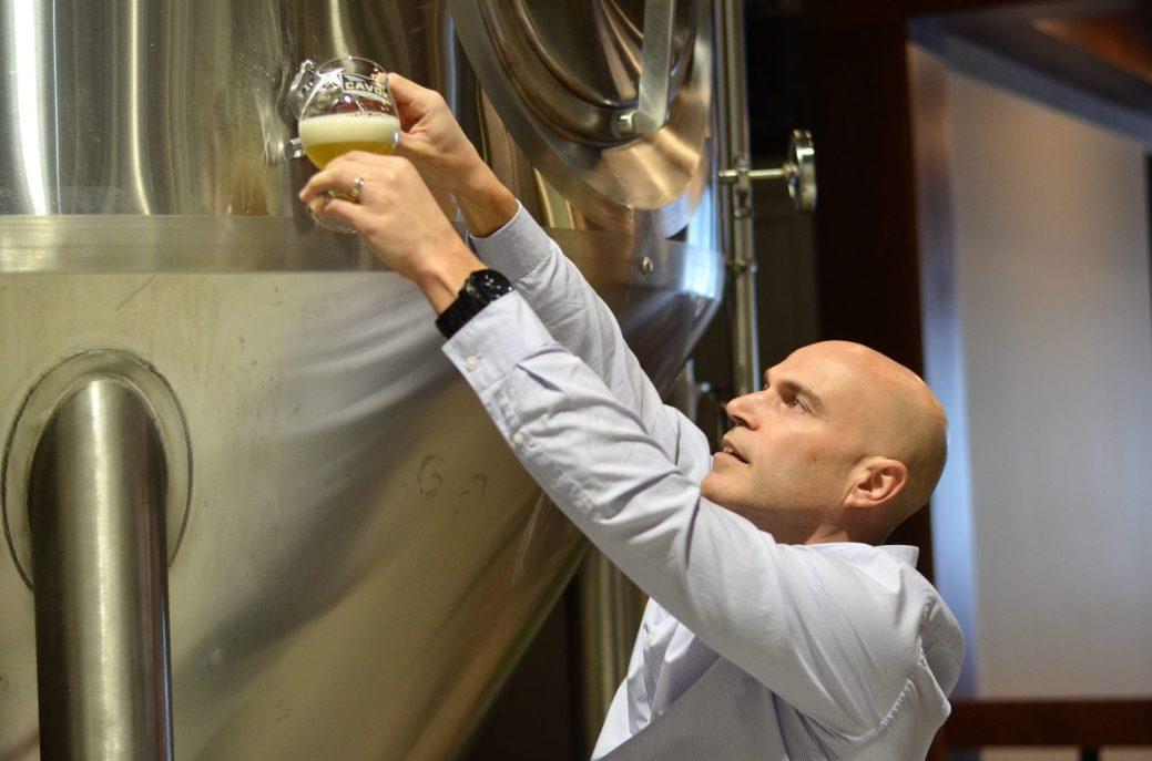 Serge Basque teste l'une des bières en production à sa nouvelle microbrasserie à Dieppe. - Acadie Nouvelle: Jean-Marc Doiron