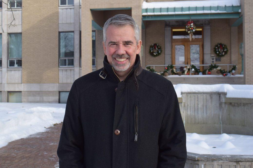 Le maire d'Edmundston, Cyrille Simard, devant l'hôtel de ville - Acadie Nouvelle: Pascal Raiche-Nogue