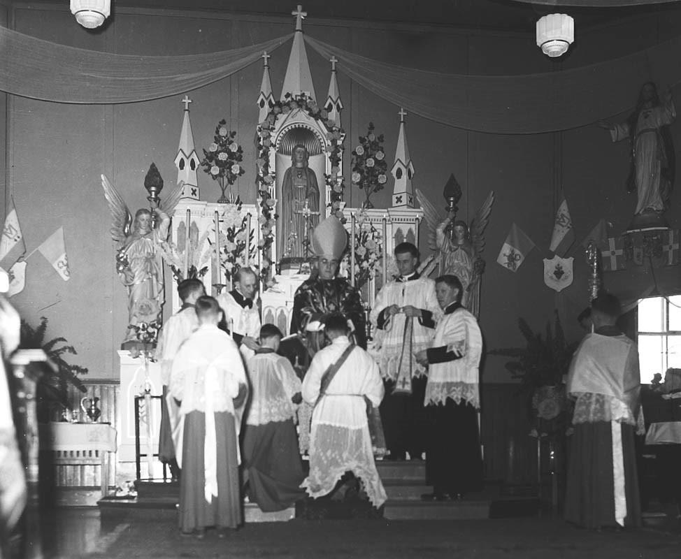 Claude Levesque a été ordonné prêtre par Monseigneur Marie-Antoine Roy à l'Église Notre-Dame-des-Sept-Douleurs, à Edmundston, en mars 1946. - Photo Société historique du Madawaska