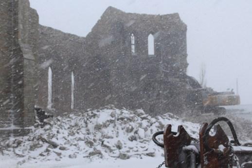 La tempête de neige n'a pas empêché la poursuite de la démolition de l'église Saint-Paul de Bas-Caraquet, mercredi. - Acadie Nouvelle: Réal Fradette 9 janvier 2019