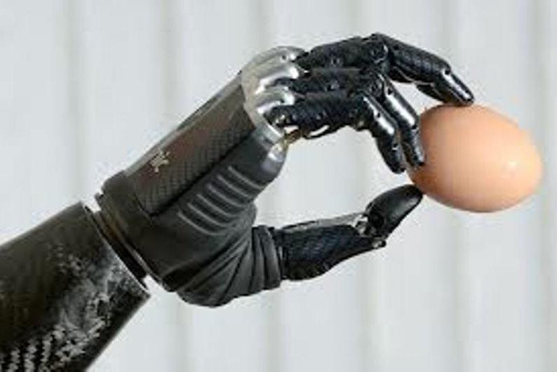 Le bras bionique bebionic a été comparé à la main artificielle de Luke Skywalker, dans la Guerre des étoiles, et à ceux du Terminator T-800. - Gracieuseté