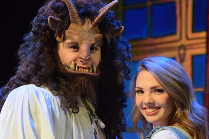La Bête (Callum Lurie) et Belle (Emma Rudy) lors des répétitions au Théâtre Capitol. - Acadie Nouvelle: Sylvie Mousseau
