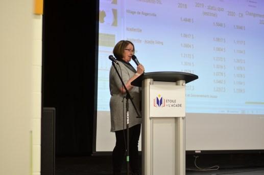 Pierrette Robichaud, maire de Rogersville, a répondu aux questions de la foule sur le regroupement de la grande région pendant près de deux heures, mardi soir. - Acadie Nouvelle: Jean-Marc Doiron