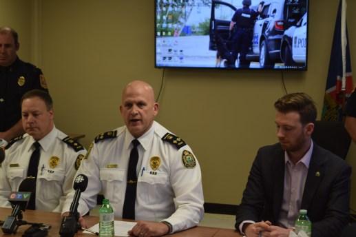 Au centre, Brian Cummins, chef adjoint de la Force policière de Miramichi. À sa droite, Adam Lordon, maire de Miramichi. - Acadie Nouvelle: David Caron