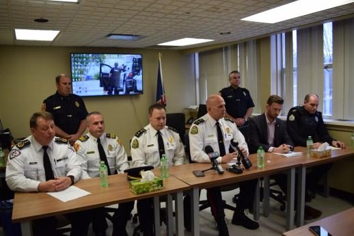 Des représentants de la Force policière de Miramichi ont convié les médias à une conférence de presse dimanche après-midi durant laquelle ils ont dévoilé le nom des jeunes victimes. - Acadie Nouvelle: David Caron