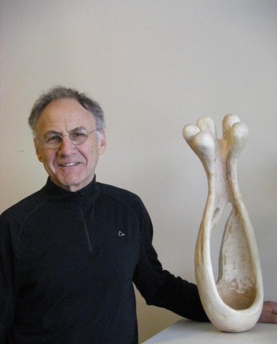 Gilbert LeBlanc avec une de ses sculptures. - Gracieuseté.