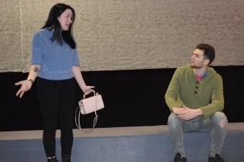 Cassidy Gaudet et Alex Marcoux répètent une scène de la pièce La Corde au cou. - Acadie Nouvelle: Sylvie Mousseau