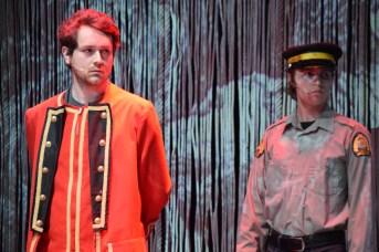 Ludger Beaulieu dans la peau de John Winslow et Émilien Cormier dans celle d'un policier répètent une scène de la pièce Winslow. - Acadie Nouvelle: Sylvie Mousseau
