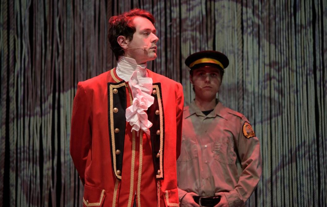 Ludger Beaulieu (Winslow) et Émilien Cormier (gardien) dans une scène de la pièce Winslow. - Photo: Emmanuel Albert