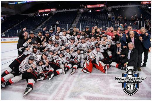 La traditionnelle photo d'équipe des Huskies de Rouyn-Noranda avec la Coupe du Président. - Collaboration spéciale: Vincent Éthier-LHJMQ