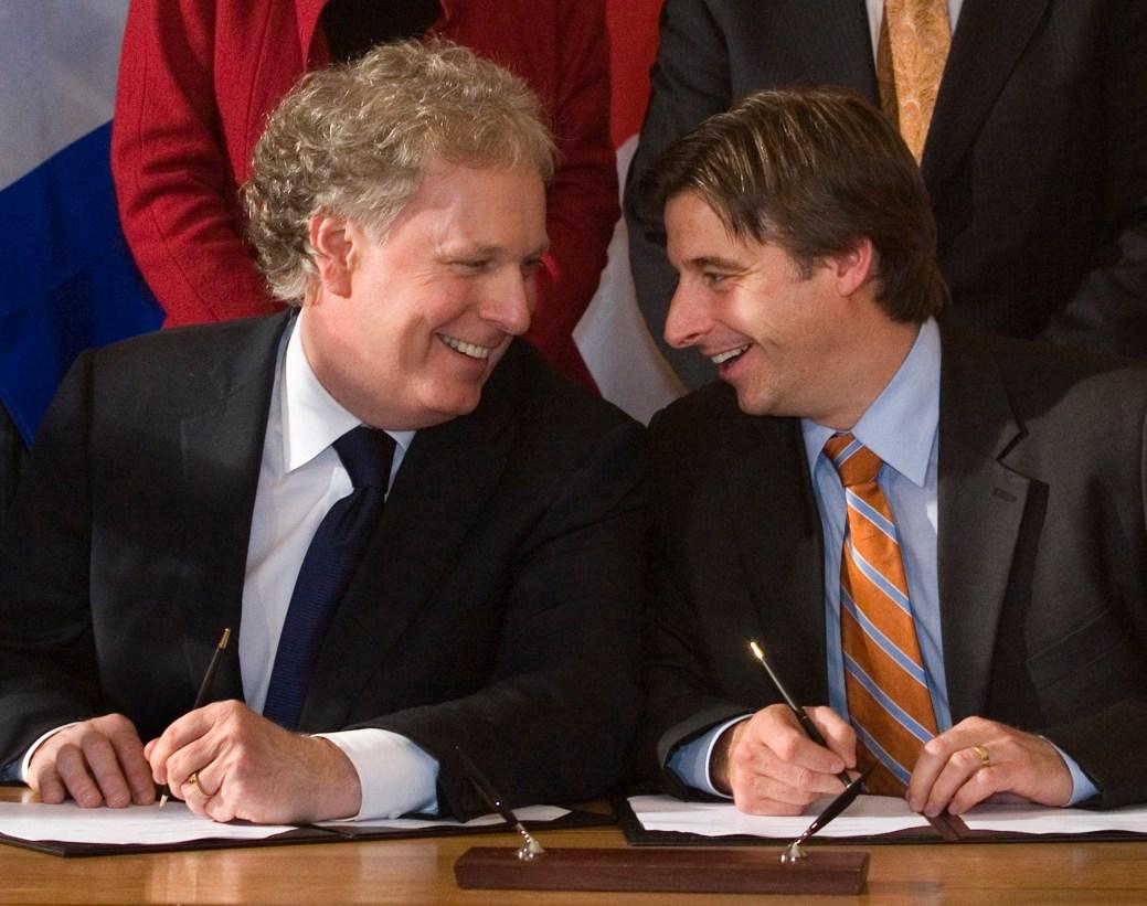 Le premier ministre du Québec, Jean Charest, à gauche, et le premier ministre du Nouveau-Brunswick, Shawn Graham en octobre 2009. - Archives PC