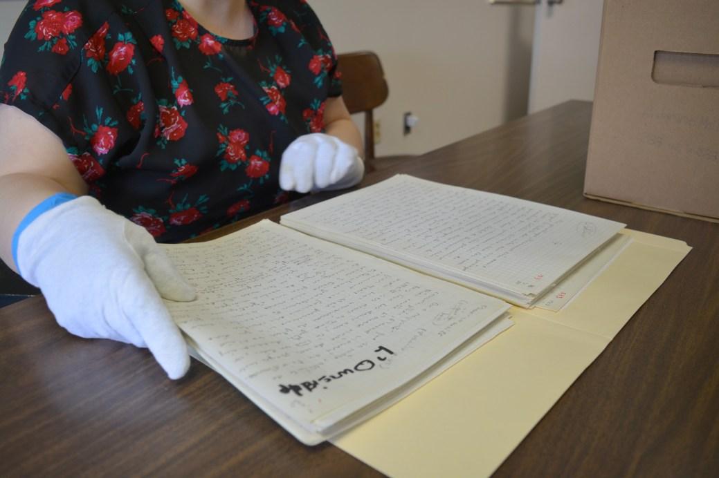 Les archivistes manipulent avec beaucoup de précautions les documents légués par l'écrivaine. - Acadie Nouvelle: Simon Delattre