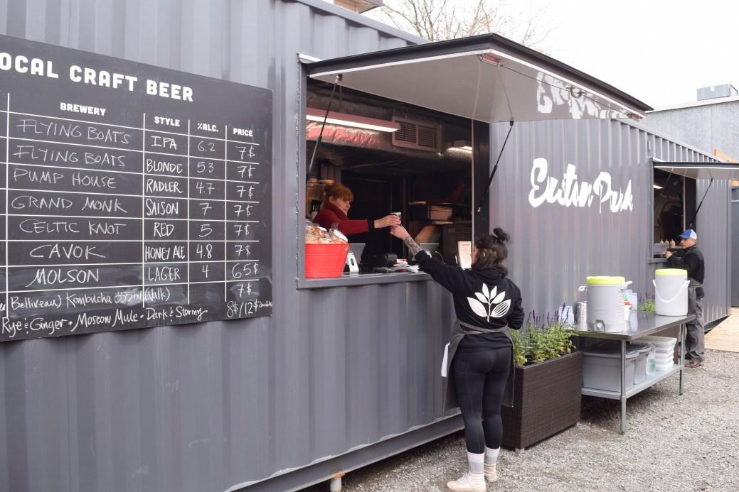 Au Euston Park, les clients se déplacent au comptoir pour passer leur commande et récupérer leurs plats. - Acadie Nouvelle: Simon Delattre