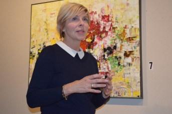 Louise LeBlanc raconte son parcours devant un de ses tableaux de la série Contraste exposée à la Galerie 12. - Acadie Nouvelle: Sylvie Mousseau