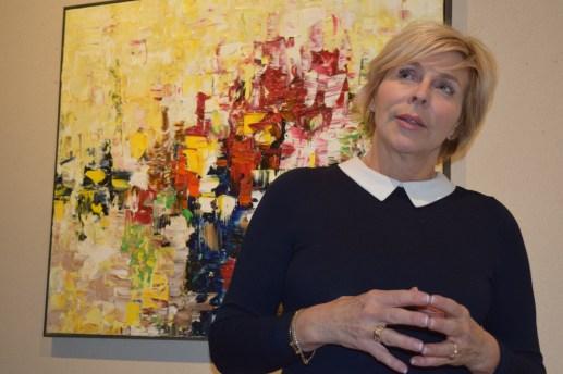 Louise LeBlanc explique sa démarche devant un des tableaux de la série Contraste exposée à la Galerie 12. - Acadie Nouvelle: Sylvie Mousseau