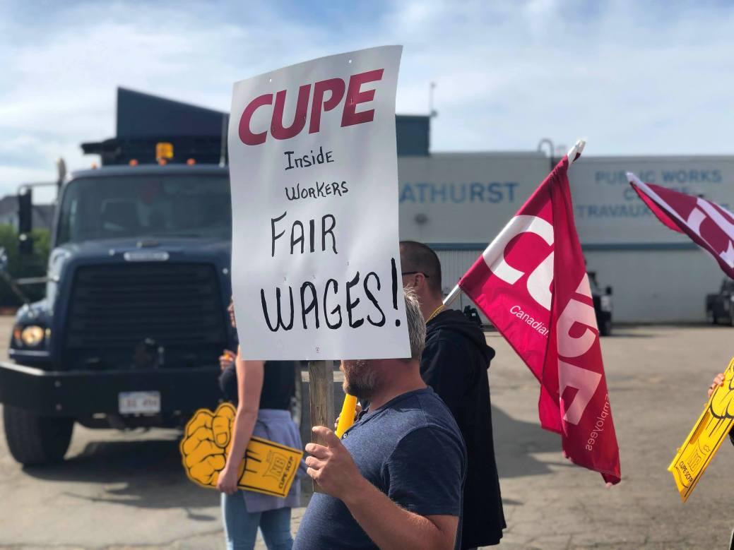 Des syndiqués manifestent à Bathurst. - Acadie Nouvelle: Alison Roy
