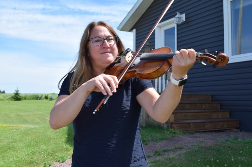 Anastasia Desroches s'est réappropriée son identité acadienne grâce à la danse et la musique. - Acadie Nouvelle: Simon Delattre