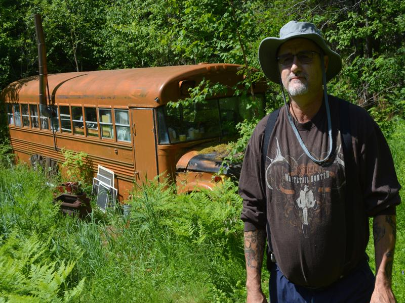 Daniel Guindon-Tremblay a reconverti un ancien autobus scolaire en refuge d'urgence. - Acadie Nouvelle Jean-François Boisvert