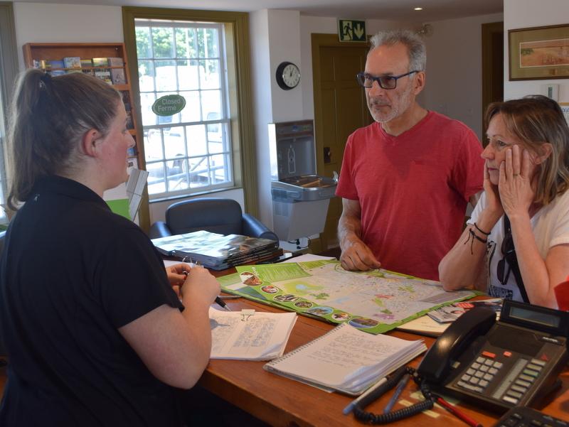 Deux touristes demandent à Ève Léger, employée au centre d'information aux visiteurs, des informations sur Moncton. - Acadie Nouvelle: Édouard Merlo